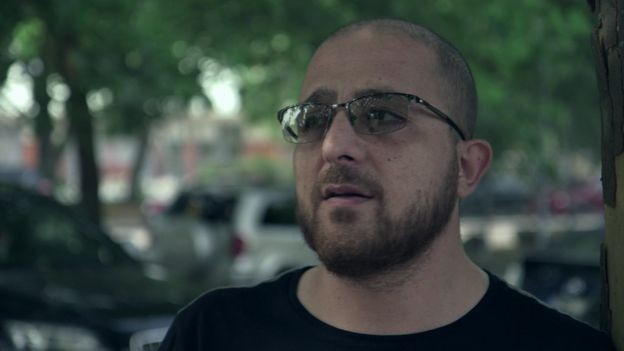 """A Suécia também deixou de ser a """"boa Suécia"""" para o filho de imigrantes libaneses Hussein, morador de Rosengard, em Malmo (Foto: BBC)"""