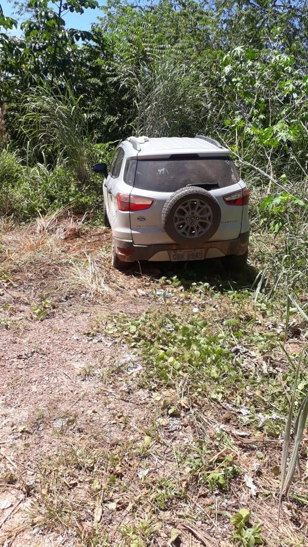Eco Sport estava abandonado em uma região de mata nas imediações do Bairro Altos da Serra, em Cuiabá — Foto: Ciopaer-MT