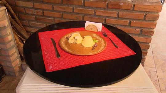 Chef prepara receita com purê de mandioca, molho branco e linguiça
