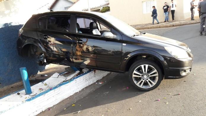 Carro foi parar em calçada, em cima de estrutura de concreto, após acidente em Itapetininga (Foto: Alex Sandro Santos/Arquivo pessoal)