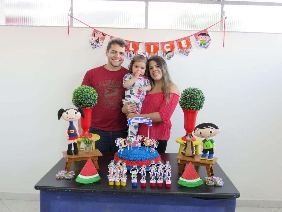 Alice comemorou o aniversário de dois anos ao lado da mãe e do pai já apresentando evolução após o transplante — Foto: Arquivo pessoal