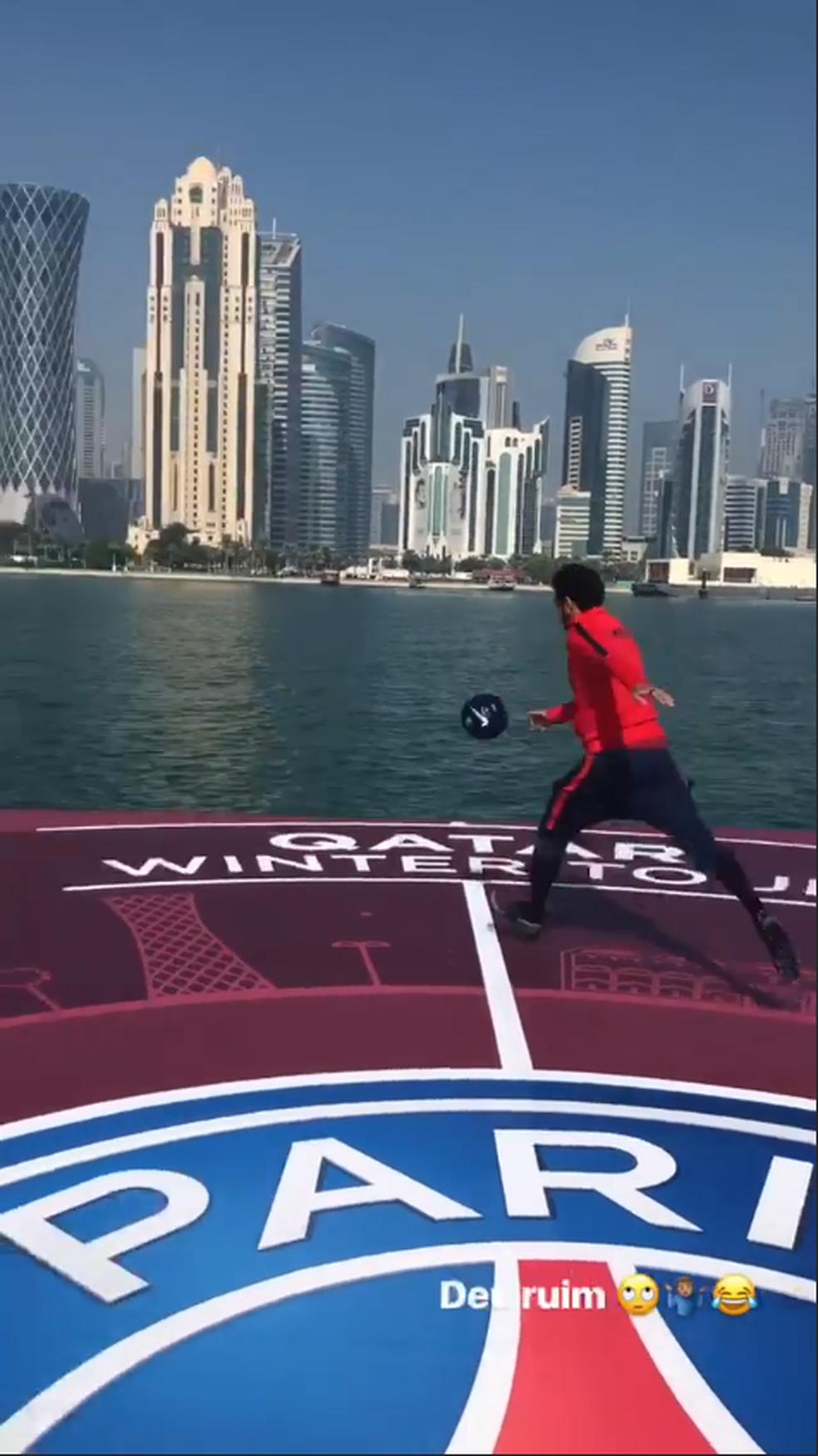 Neymar dá chutão na bola e joga no mar do Catar (Foto: Reprodução / Instagram)