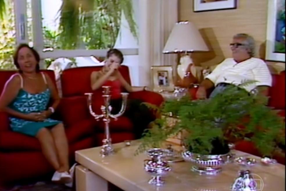 Dona Florinda (vestido azul) e Chacrinha em uma entrevista para o Vídeo Show — Foto: Reprodução/TV Globo