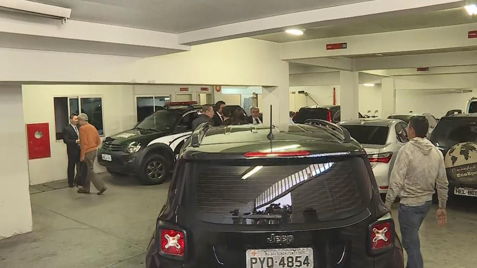 Carro com Eduardo Azeredo chega a delegacia de Belo Horizonte. (Foto: Reprodução/TV Globo)