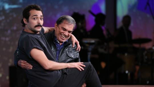 Eduardo Sterblitch revela que foi pego no colo por Dedé Santana na infância e os dois repetem cena no 'Conversa com Bial'