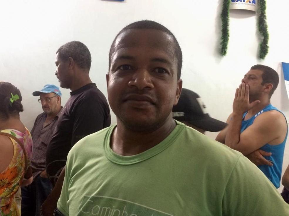Elias José da Silva conta que irá comprar uma casa na praia se ganhar na Mega da Virada — Foto: Gessyca Rocha/G1