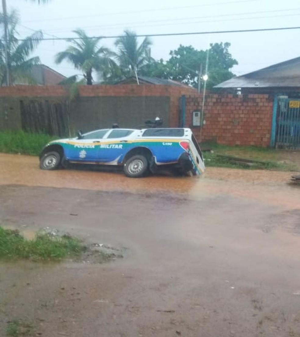 Parte de viatura ficou submersa ao cair em vala durante chuva neste domingo — Foto: Whatsapp/Reprodução