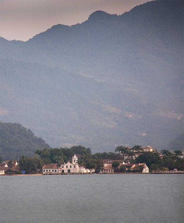 Lifestyle Paraty - Vista de Pparaty, fotografada do sem pressa, barco que funciona como restaurante privado na região (Foto: Rogério Voltan)