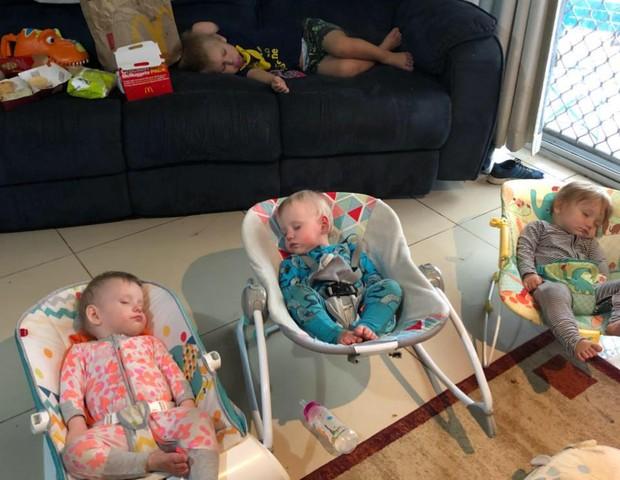 Momento de paz: os trigêmeos e um irmão dormindo juntos, na sala (Foto: Reprodução Facebook)