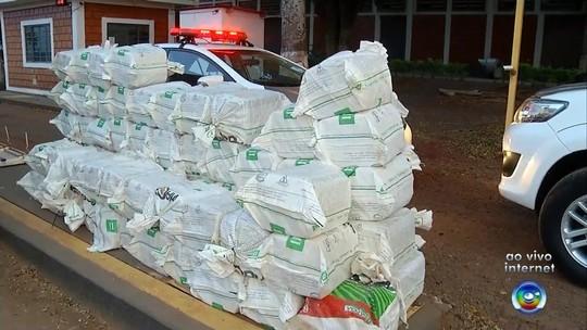 Polícia apreende maconha escondida entre carga de milho em caminhão