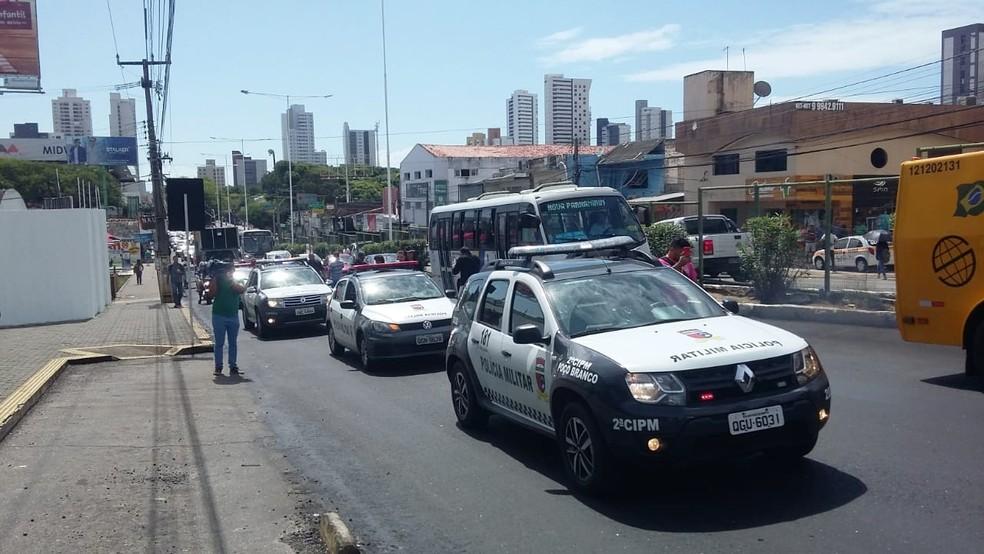 Durante o protesto, policiais militares fizeram uma carreata  (Foto: Sérgio Henrique Santos/Inter TV Cabugi)