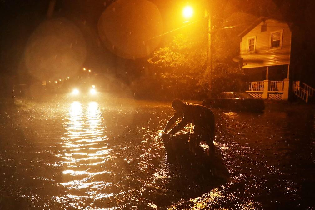 Cidade de New Bern, na Carolina do Norte, fica inundada na noite desta quinta-feira (13) com a chegada do Furacão Florence — Foto: Chip Somodevilla/ Getty Images North America/ AFP