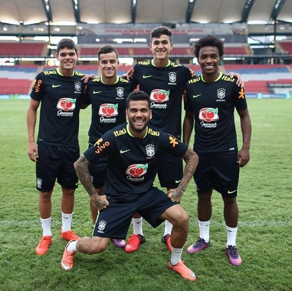 Ayrton, Coutinho, Pedro, Willian e Dani Alves em treino da Seleção (Foto: Reprodução / Instagram)