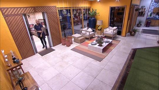 Caruso e Kaysar procuram Viegas pela casa