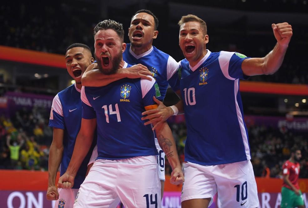 Rodrigo comemora o 1° gol do Brasil com Pito, Dieguinho e Leozinho — Foto: Alex Caparros/FIFA