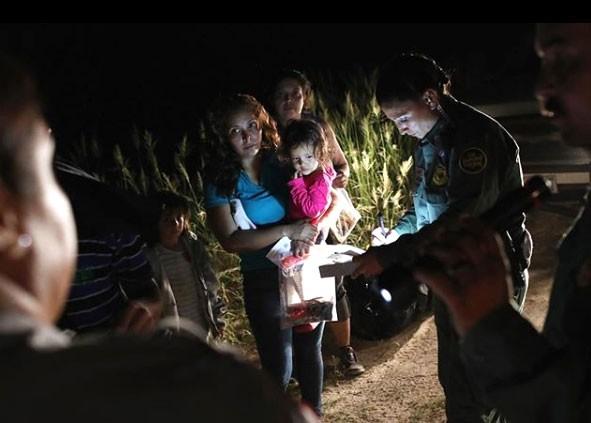 Imigrante de Honduras com filha de dois anos, entre outros imigrantes ilegais detidos na fronteira do México com os EUA (Foto: Reprodução / John Moore / Instagram)