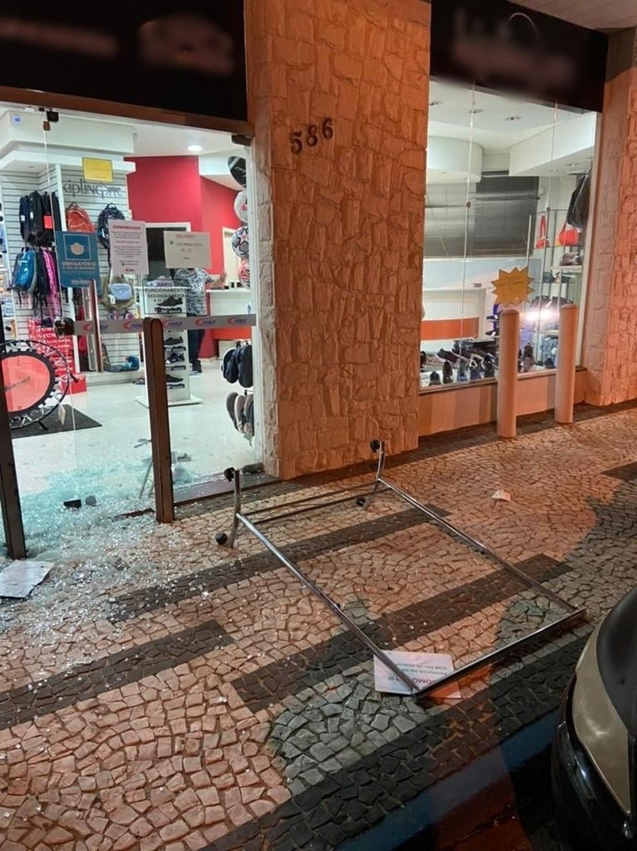 Vidraçaria de loja é quebrada durante assalto em Tietê — Foto: Arquivo Pessoal