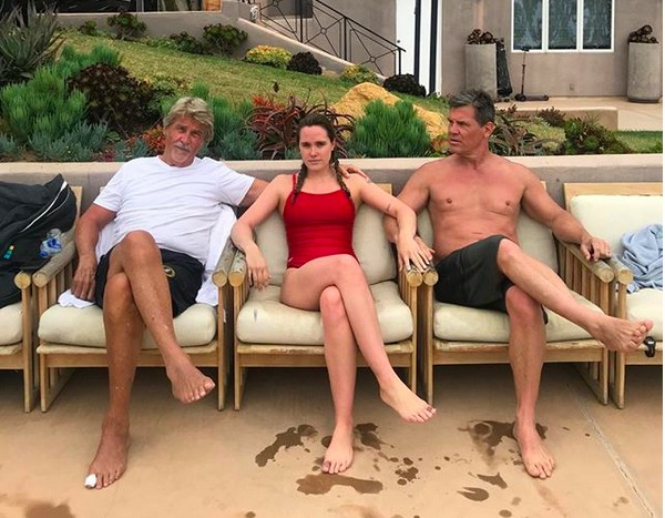 O ator Josh Brolin sentado ao lado de sua filha e de seu pai (Foto: Instagram)