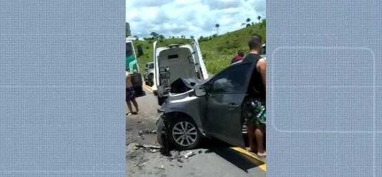 Três pessoas morrem após batida entre carros na BA-680