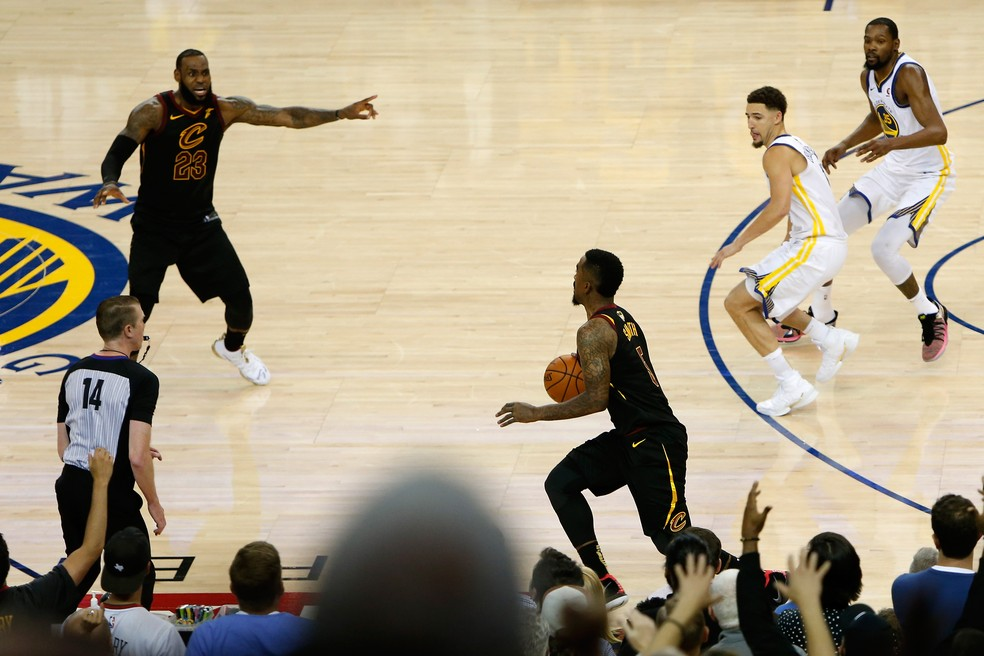 J. R. Smith protagnizou lance bizarro na final da NBA em 2018 (Foto: Lachlan Cunningham/Getty Images)