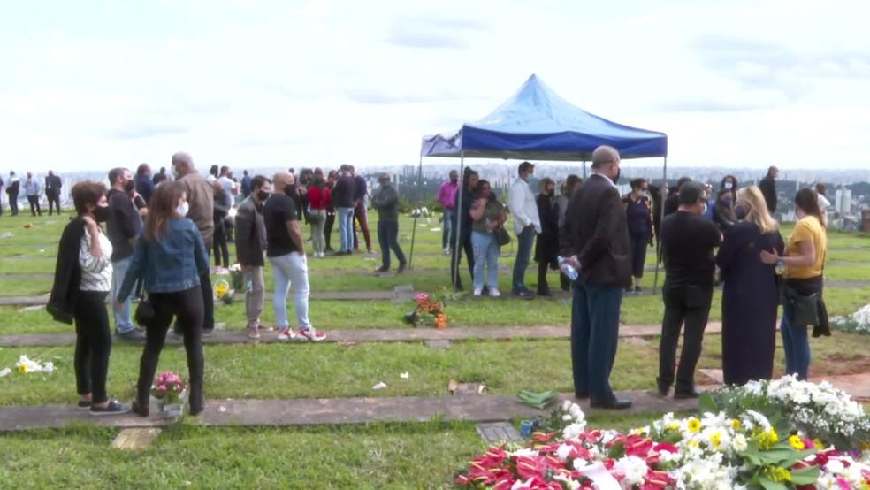 Corpo de Tom Veiga é enterrado em cemitério de São Paulo — Foto: Reprodução/TV Globo