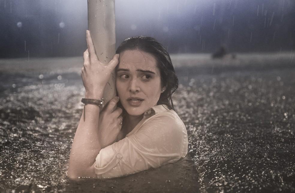 Luna (Juliana Paiva) luta pela vida durante o furacão, em 'Salve-se Quem Puder' — Foto: João Miguel Júnior/Globo