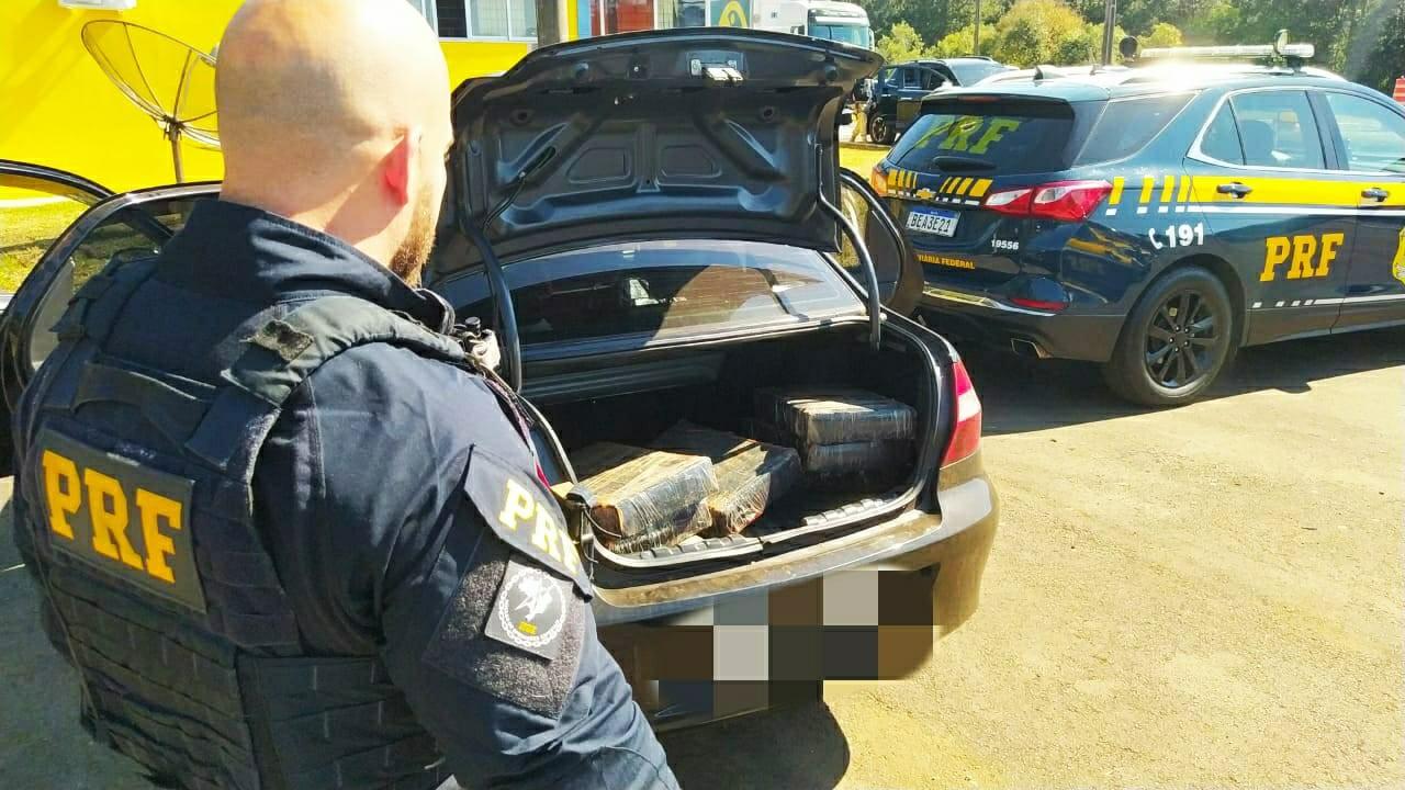 Casal é preso suspeito de transportar mais de 100 kg de maconha em carro, na BR-277