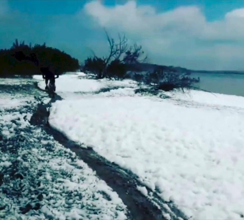 Espuma chegou até a orla da Praia Sudoeste, na Lagoa de Araruama — Foto: Welington Alves/ Arquivo Pessoal