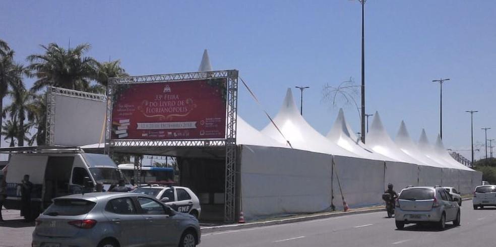 Estrutura montada para a Feira do Livro, no Centro de Florianópolis. — Foto: Joana Caldas/G1