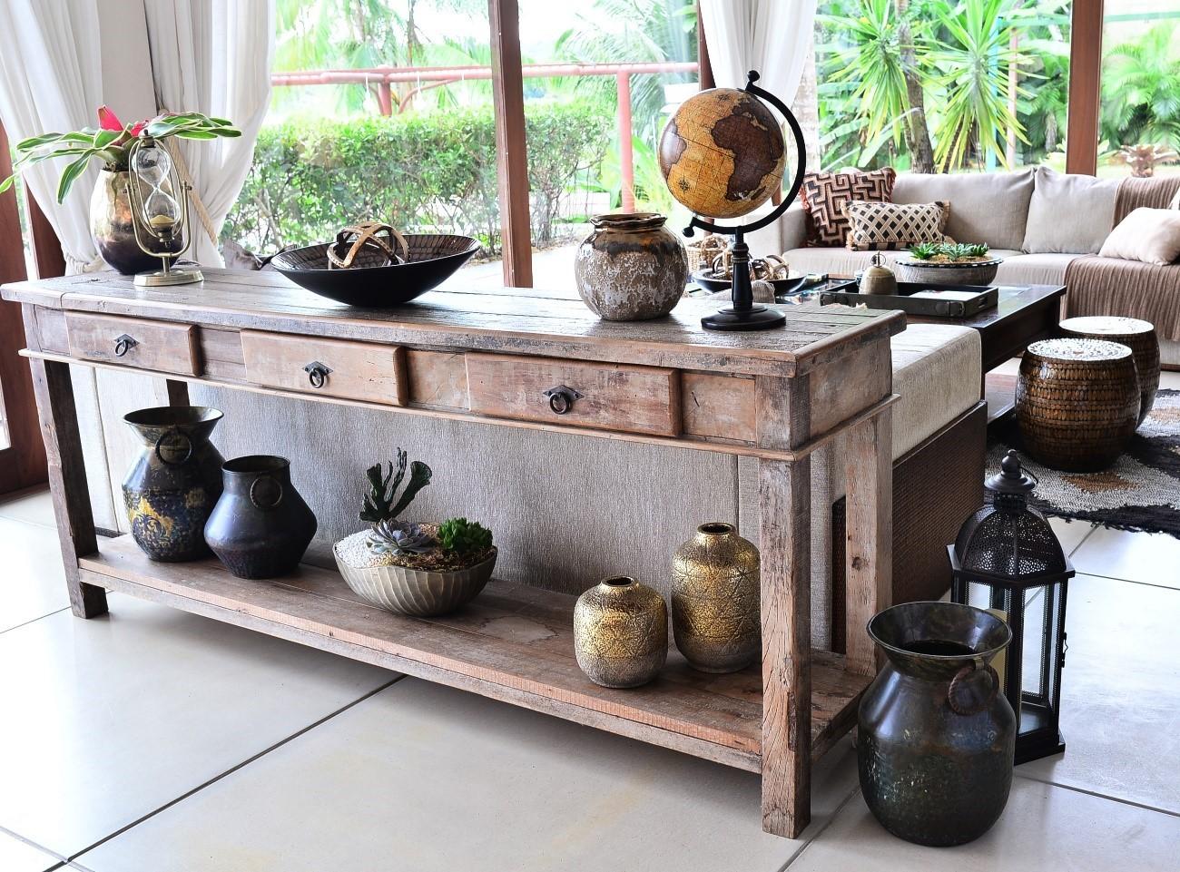Outro ângulo do ambiente, com destaque para vasos em tons de metais queimados  (Foto: Reprodução)