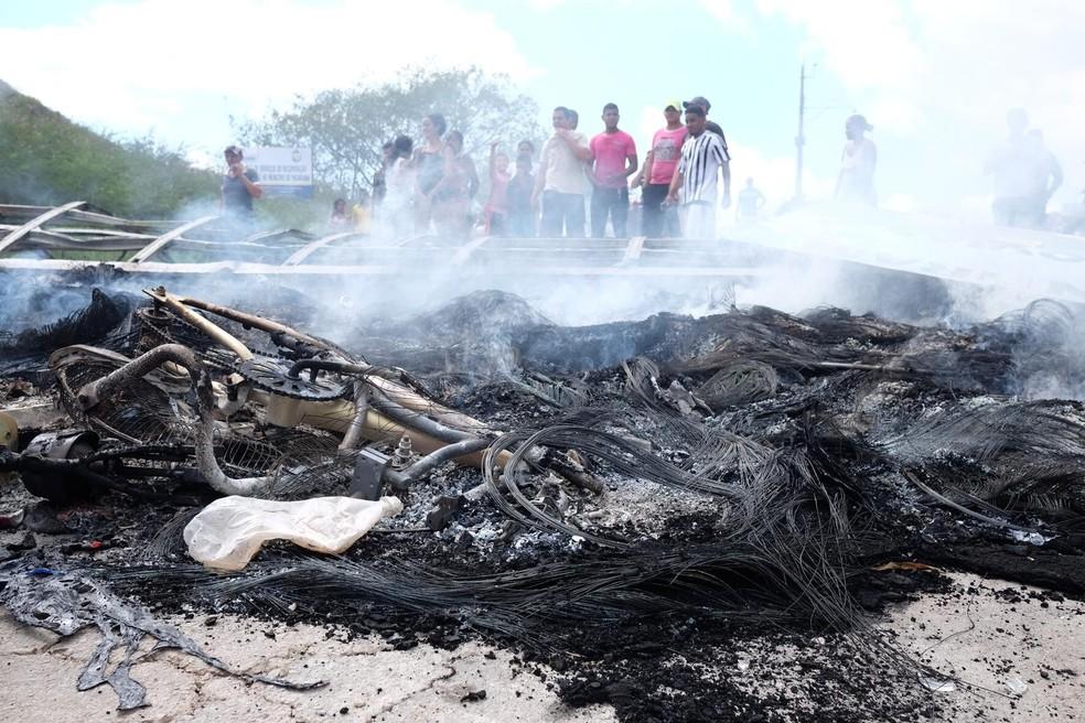 Moradores de Pacaraima, Norte de Roraima, fizeram barricada e bloqueam a entrada e saída de veículos na cidade (Foto: Inaê Brandão/G1 RR)