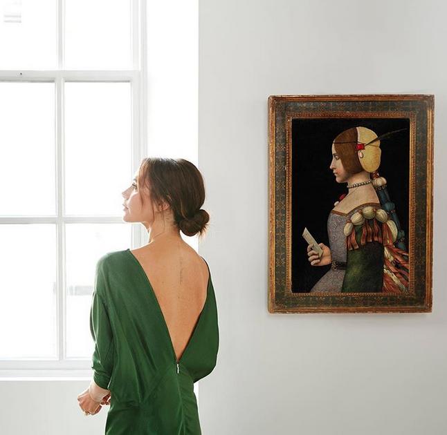 Victoria Beckham ao lado de obra de Leonardo da Vinci (Foto: Reprodução/Instagram)