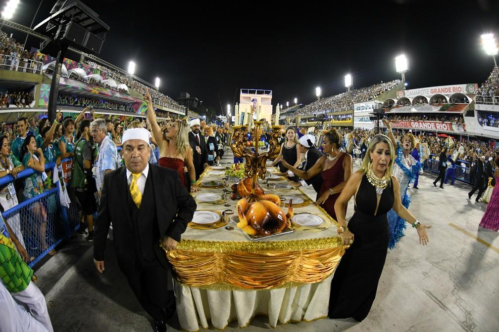 Elemento alegórico da Beija-Flor mostra o banquete de gananciosos por dinheiro, poder e dinheiro público (Foto: Alexandre Durão/G1)