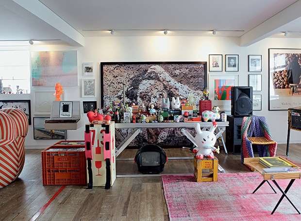 A sala do empresário Houssein Jarouche é recheada de arte e design. Entre as obras, o divertido quebra-cabeça de Vik Muniz, que faz fundo para a mesa de DJ, decorada com toy arts (Foto: Otavio Dias/Casa e Jardim)