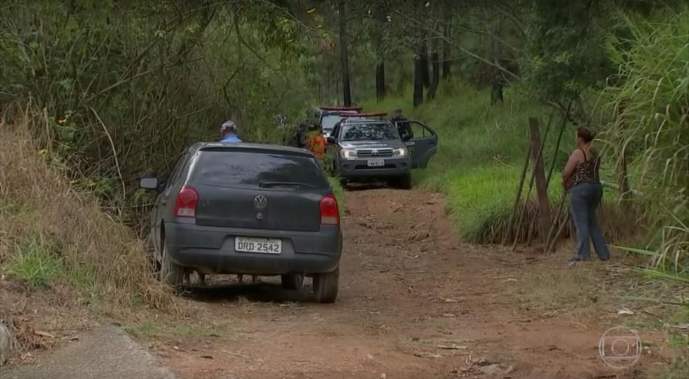 Polícia fez buscas em áreas de mata em cidades na região de Araçariguama (Foto: Reprodução/TV GLOBO)