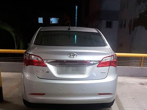 Carro da PM foi encontrado no estacionamento de um supermercado, na Bahia (Foto: Polícia Civil/ Divulgação)