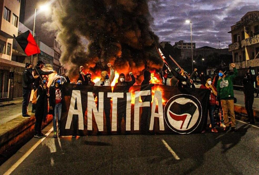 Grupo queimou pneus no Elevado Dona Helena Greco, no Centro de BH — Foto: Redes Sociais