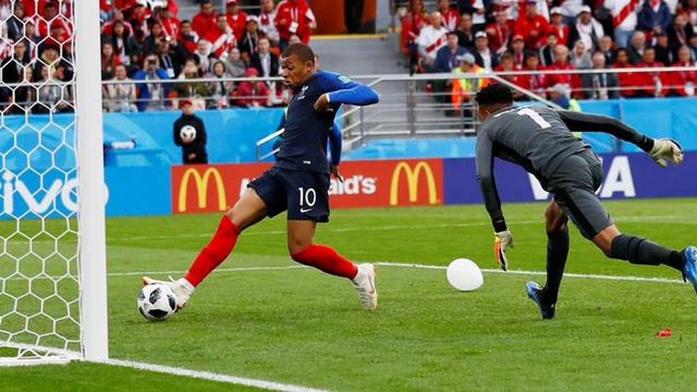 Gol de Mbappé para a França diante do Peru (Foto: REUTERS/Jason Cairnduff)