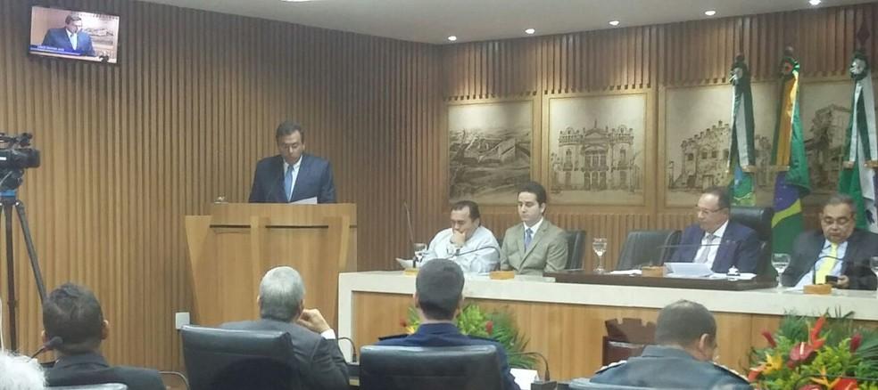 Prefeito Carlos Eduardo leu nesta quinta-feira (15) a mensagem anual à Câmara Municipal (Foto: Sérgio Henrique Santos/Inter TV Cabugi)