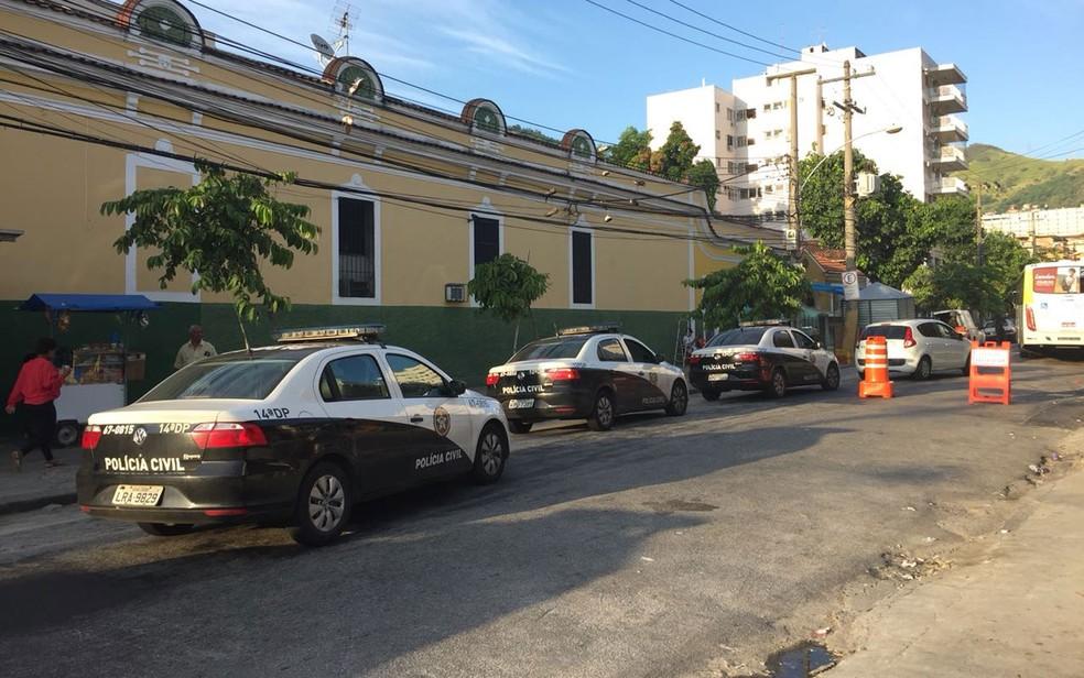 Equipes da 14ªDP e 12ªDP na  Rua Baronesa, um dos acessos ao complexo do Lins (Foto: Fernanda Rouvenat / G1 Rio)