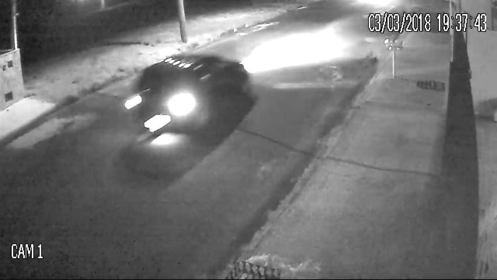 Carro atropelou crianças que andavam de bicicleta (Foto: Reprodução/Circuito de segurança)