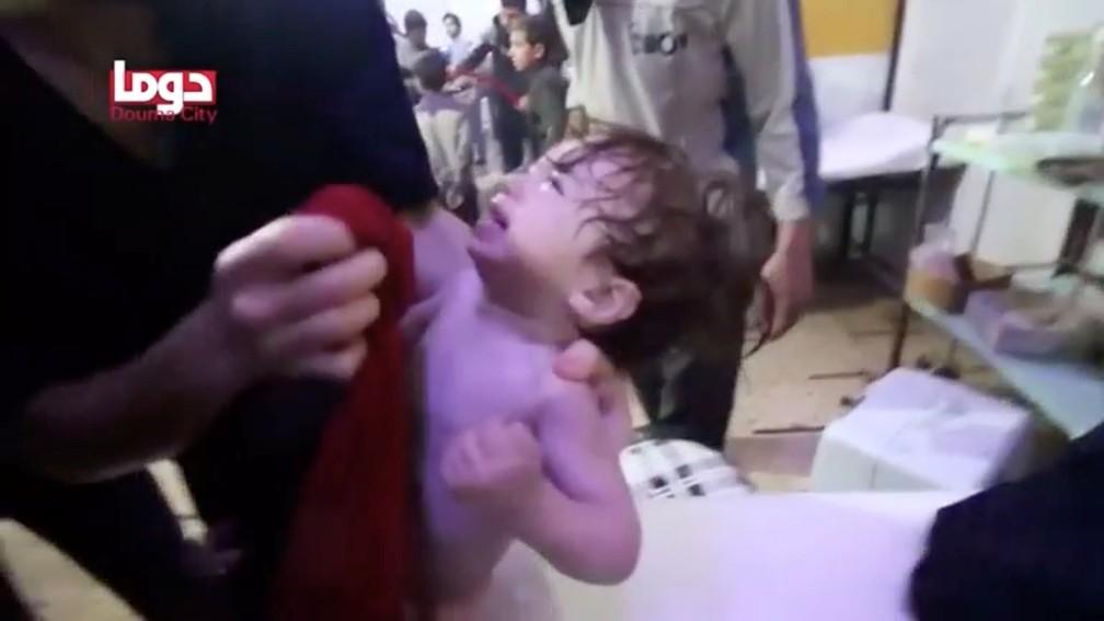Criança chora em hospital em Duma, após suposto ataque químico na Síria (Foto: White Helmets/Reuters)