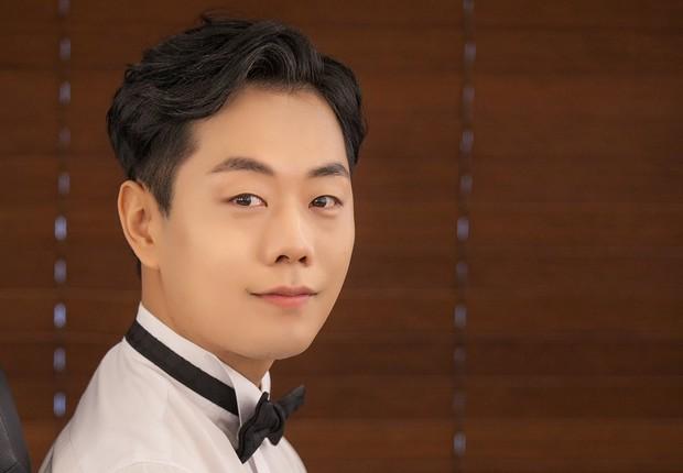 Na Coreia do Sul, é comum os homens usarem maquiagem no dia do casamento (Foto: BBC)