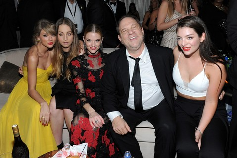 Harvey Weinstein cercado por Taylor Swift, Este Haim, Jamie King e Lorde
