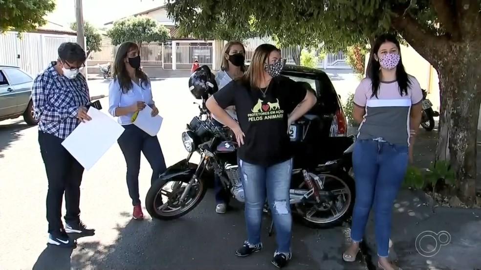 Protetoras de animais se reuniram para cobrar resposta em Jales — Foto: Reprodução/TV TEM