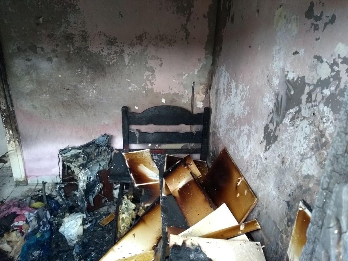 Corpo queimado é encontrado dentro de residência durante incêndio em Bezerros