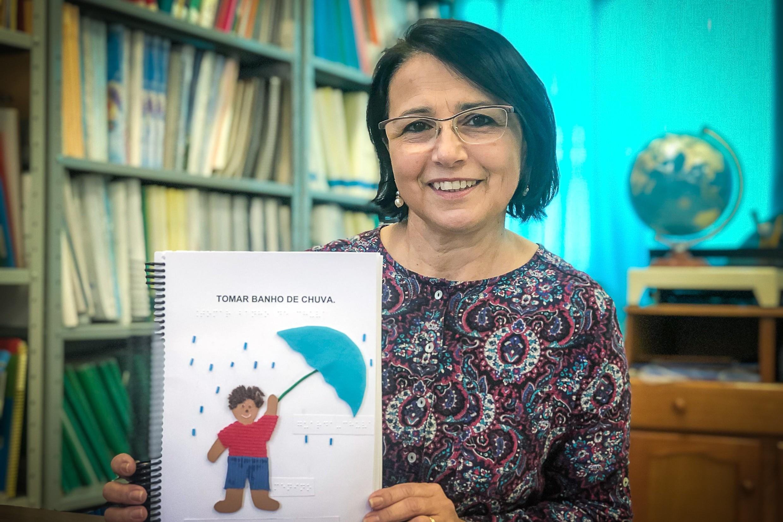 Educadora de Porto Alegre é finalista em prêmio internacional com livro infantil adaptado para braile - Notícias - Plantão Diário