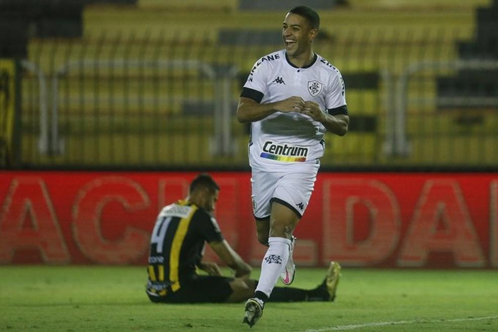 Felipe Ferreira comemora um dos gols marcados pelo Botafogo no empate com o Volta Redonda — Foto: Vitor Silva/Botafogo