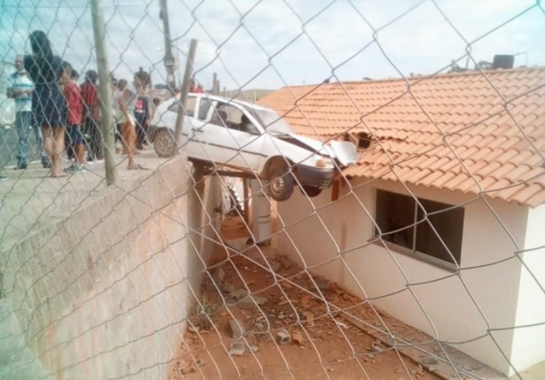 Motorista perde o controle e carro vai parar no telhado de uma casa em Ouro Fino, MG