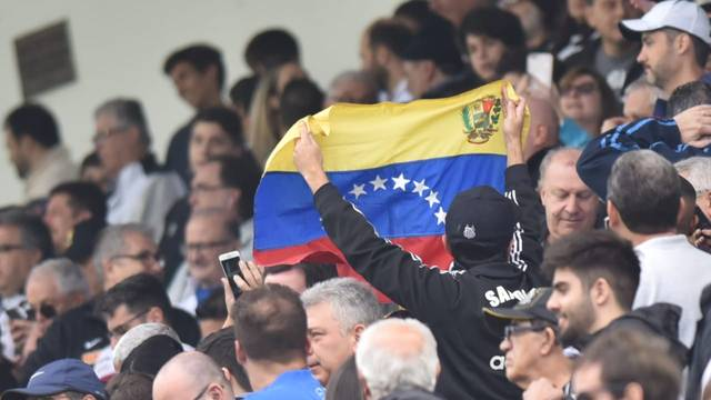 Torcedor do Santos com bandeira da Venezuela